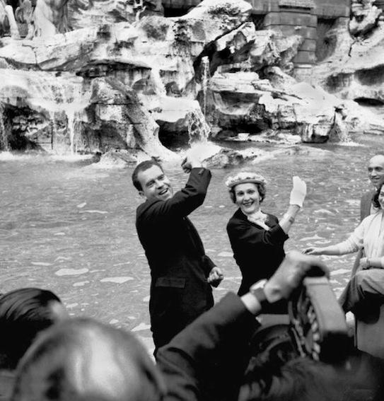 Nixon e consorte a fontana di Trevi a Roma nel 1957.