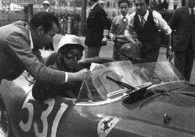 Alfonso De Portago su Ferrari alla Mille miglia del 1957.