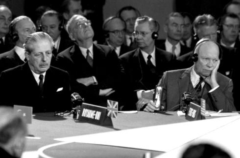 Il Presidente USA Eisenhower e il premier britannico Macmillan alla Conferenza del Patto atlantico.