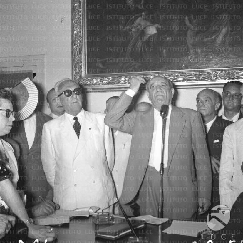 Achille Lauro (in completo bianco) partecipa a una riunione di suoi sostenitori.