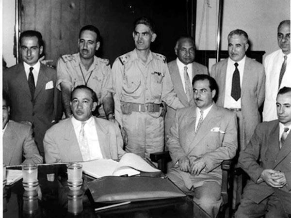 Il gen. Kassem (al centro in piedi) con altri ufficiali che hanno compiuto il colpo di stato in Iraq.
