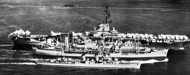 La portaerei americana Lexington con altre navi d'appoggio, nel 1958 durante la crisi nel Pacifico.
