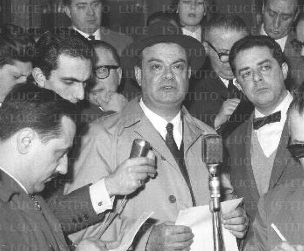 Giovanni Malagodi impegnato con i giornalisti.