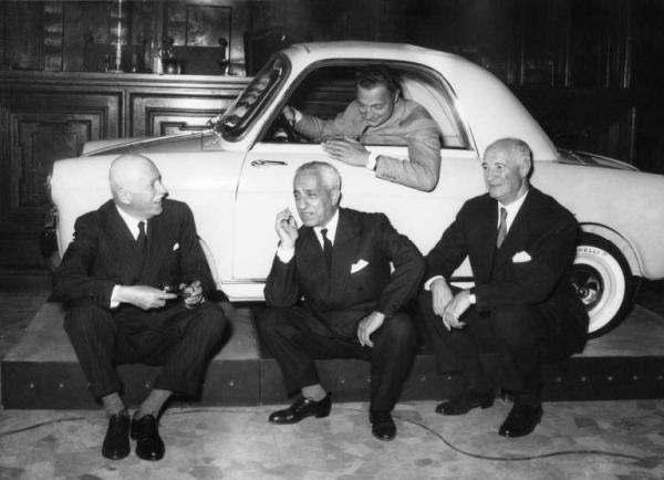 Valletta (alcentro, in basso) con Gianni Agnelli (nella vettura), alla presentazione della Bianchina.