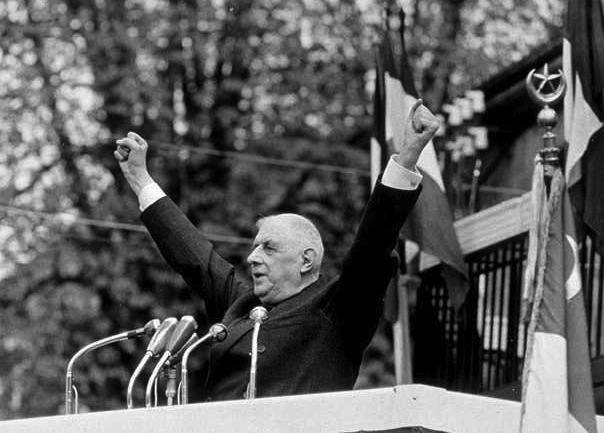 Charles De Gaulle esulta per la vittoria nelle elezioni del 1958.
