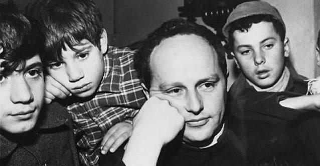 Don Lorenzo Milani con alcuni ragazzi di Barbiana.