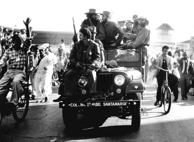 Fidel Castro entra a La Havana alla testa dei suoi guerriglieri.