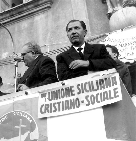 Silvio Milazzo (a sinistra) durante la campagna elettorale del 1959.