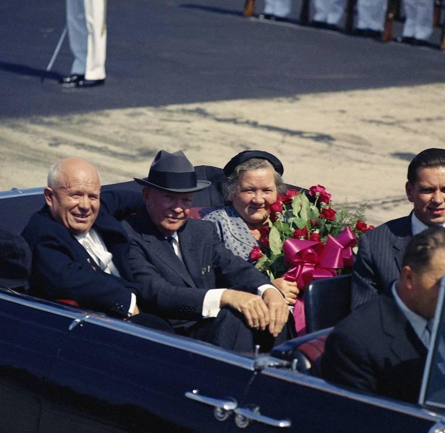 Nikita Kruscev con la moglie e il Presidente Eisenhower.