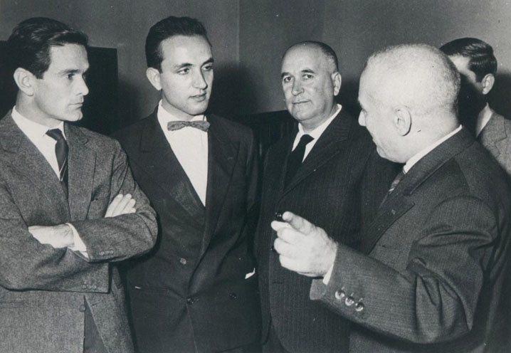 Pasolini con il sindaco di Crotone, dove ricevette il premio con una giuria formata da Ungaretti, Gadda, Moravia e Bassani.