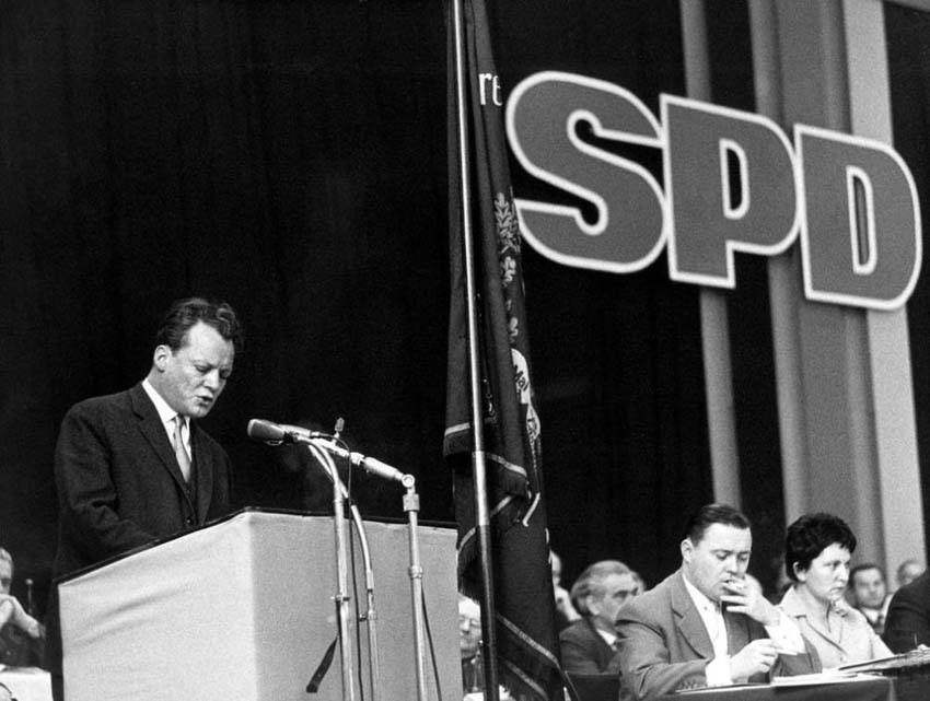 Willy Brandt al pulpito del congresso SPD.