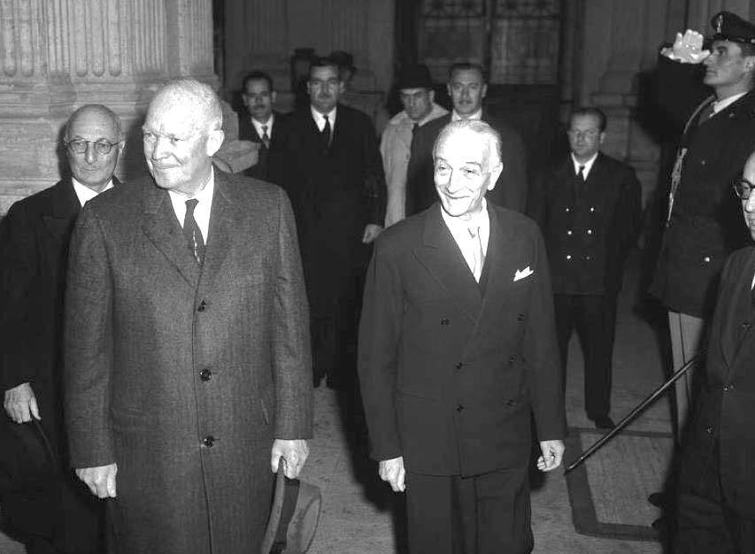 Il Presidente Eisenhower accolto a Roma dal Presidente Segni.