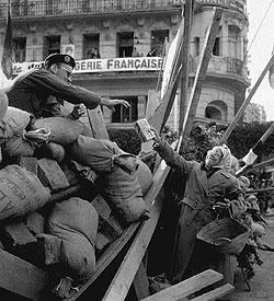 Barricata ad Algeri a sostegno di Massu.