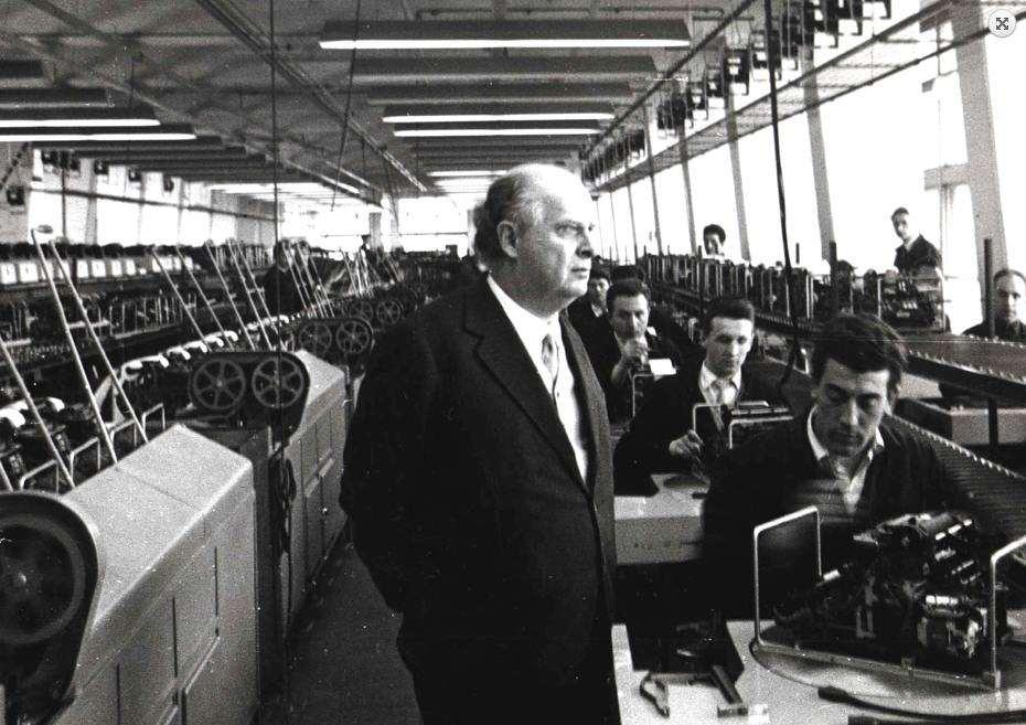 Adriano Olivetti in fabbrica.