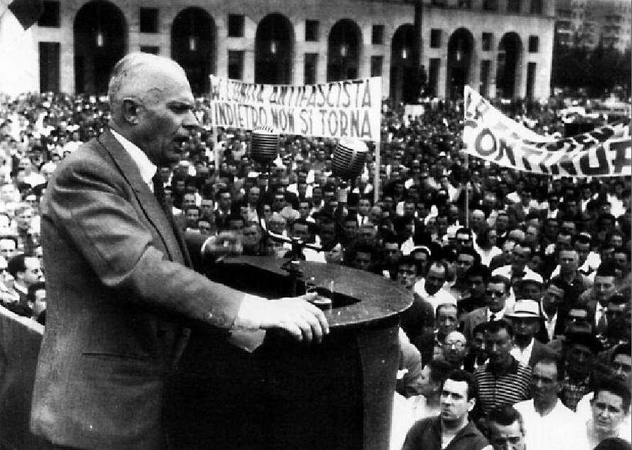 Sandro Pertini durante la manifestazione in Piazza Vittoria a Genova.