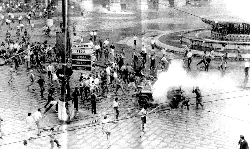 Gli scontri in Piazza De Ferrari.