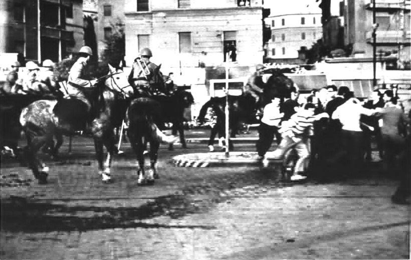 I carabinieri a cavallo disperdono i manifestanti a Porta San Paolo.