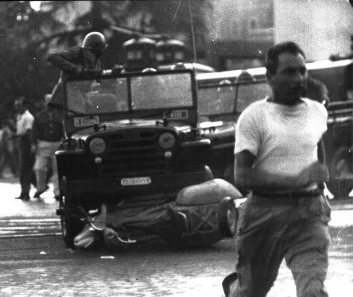 I manifestanti attaccati dalla polizia sulle camionette.