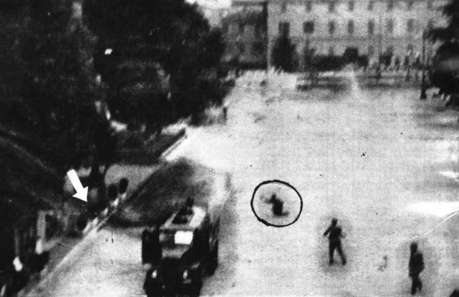 Foto de l'Unità, relativa ai fatti di reggio, che mostra un poliziotto in ginocchio che spara su Afro Tondelli (indicato dalla freccia).