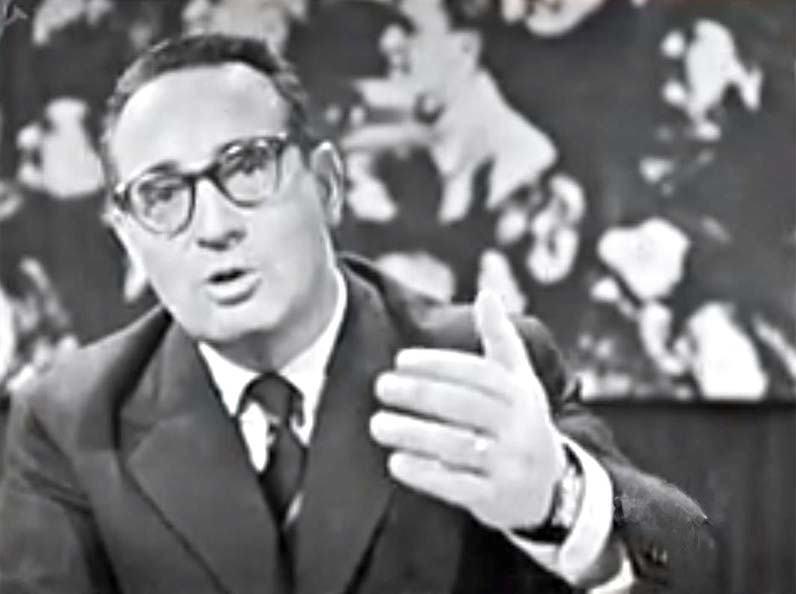 Gianni Granzotto presenta la prima trasmissione tv di Tribuna elettorale.