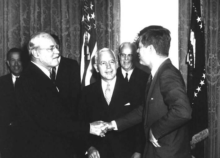 Kennedy stringe la mano ad Allen Dulles. Dopo l'insuccesso dello sbarco alla Baia dei porci, Dulles verrà rimosso da Kennedy.
