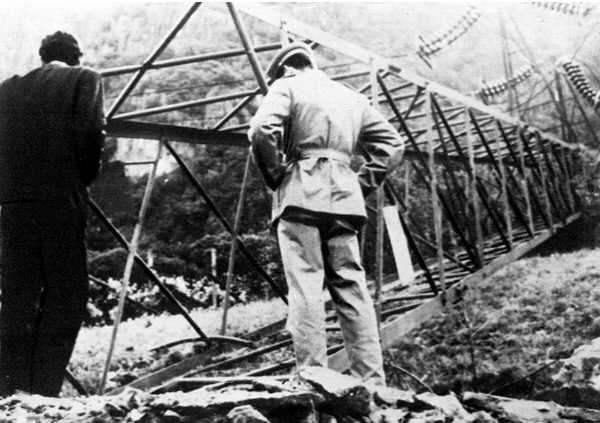 Traliccio abbattuto da un attentato dinamitardo in Alto Adige.