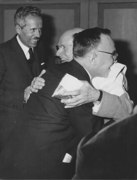 Giorgio La Pira (in primo piano) riceve le felicitazioni per la sua elezione; alla sua sinistra il vicesindaco Enriquez Agnoletti.