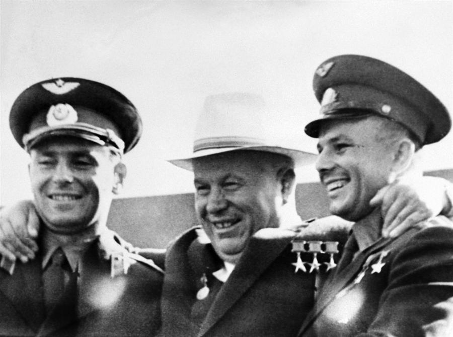 Nikita Krusciov con gli astronauti russi Titov (a sinistra) e Gagarin (a destra).