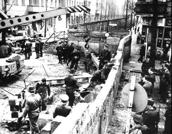 Il muro di Berlino in costruzione.
