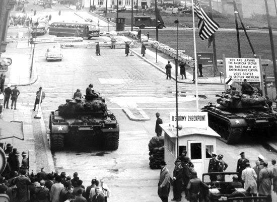 Carri armati controllano il famoso check point Charlie per il passaggio tra Berlino ovest e Berlino est.