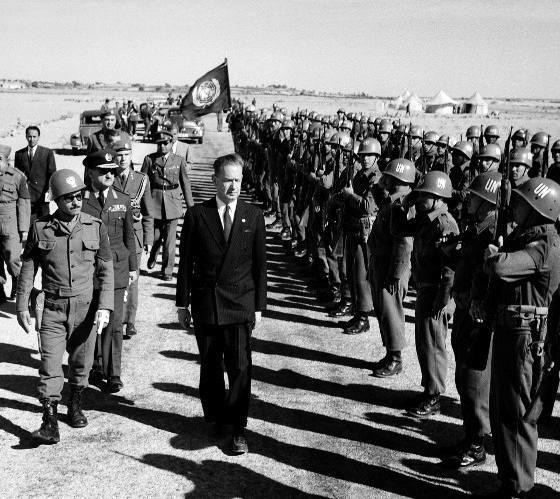 Dag Hammarskjold passa in rassegna un reparto di caschi blu dell'ONU in Africa.