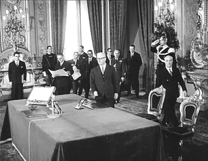 Il Presidente della Repubblica Gronchi con Fanfani per il giuramento dei ministri del nuovo gabinetto.