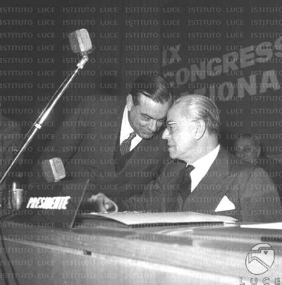 Malagodi (a sinistra) e Martino alla presidenza del IX congresso del PLI.