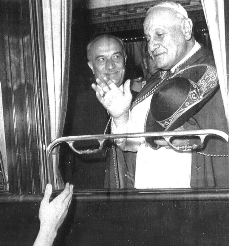 Giovanni XXIII con Fanfani sul treno che li porterà a Loreto.