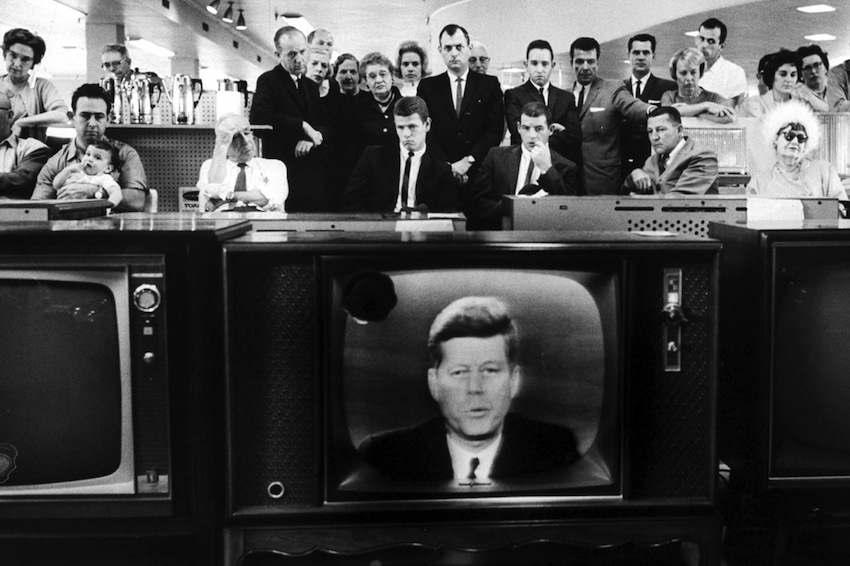 Gli americani ascoltano Kennedy durante il suo messaggio televisivo.