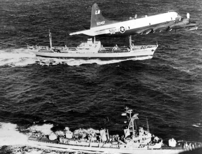 Navi e aerei statunitensi impegnate nel blocco a Cuba.
