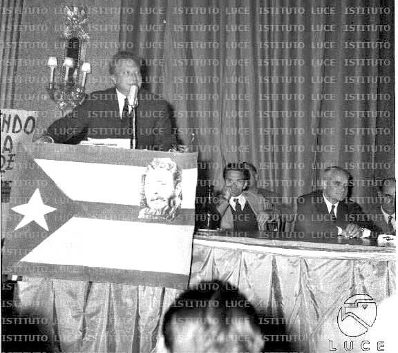Manifestazione di intellettuali a sostegno di Cuba nel Teatro Brancaccio di Roma (da sinistra Carlo Levi, Pasolini e Moravia).