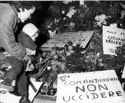 Cartelli e fiori sul luogo dell'assassinio di Giovanni Ardizzone.