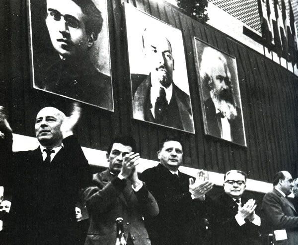 Sul palco del X congresso del PCI (da destra) Togliatti, Amendola, Berlinguer e Pajetta.