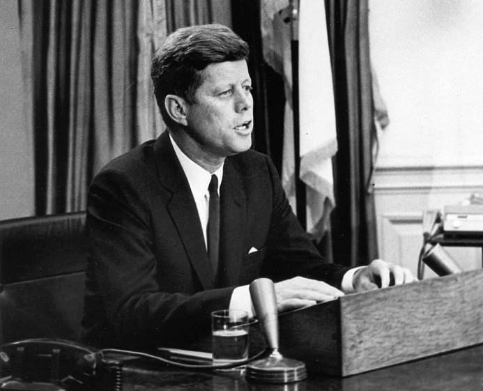 John F. Kennedy alla radio durante il suo discorso sui diritti civili.