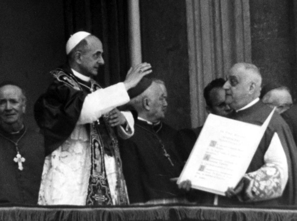 Paolo VI benedice subito dopo la sua elezione.
