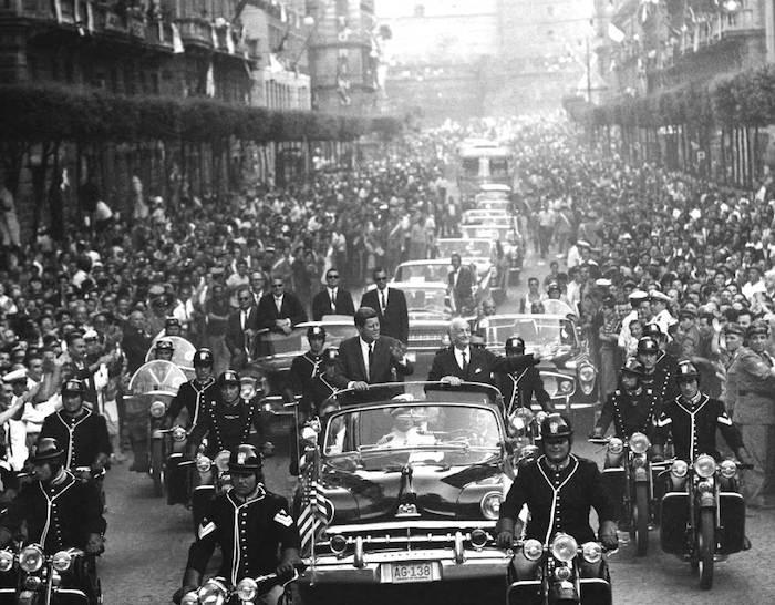 Durante la sua visita in Italia, John Kennedy viene accolto con grande entusiasmo a Napoli.