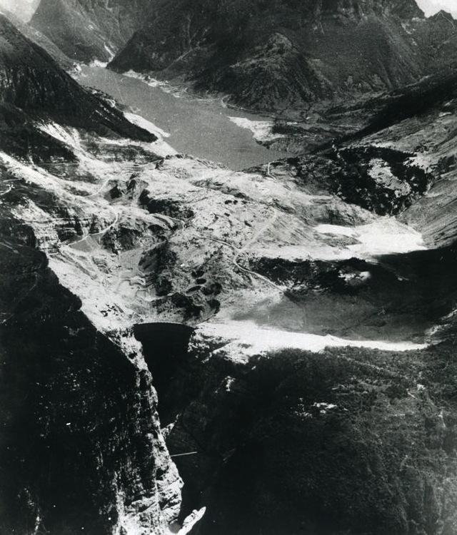 Il bacino artificiale del Vajont: in primo piano la diga, su ditero la massa del monte Tot crollata disastrosamente.