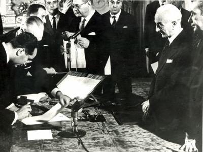 Il I governo Moro giura davanti al Presidente Segni. Nella foto sta firmando il ministro Colombo.