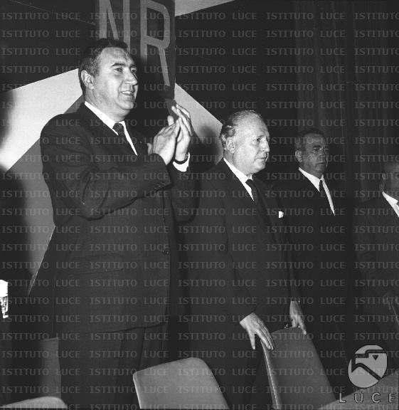 Pacciardi (al centro) durante l'assemblea costitutiva di Nuova Repubblica.
