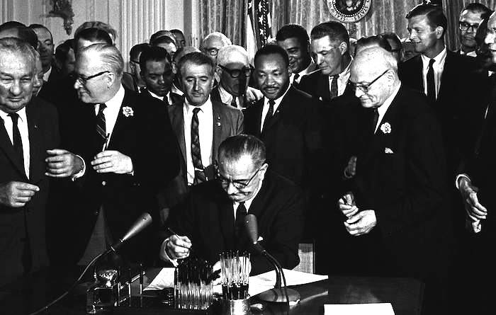 "Il presidente americano Johnson firma il ""Civil rights act""."