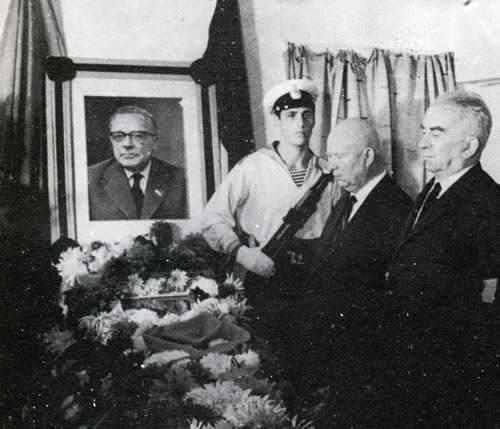 A Yalta Kruscev, alla presenza di Longo, rende visita alla salma di Togliatti.