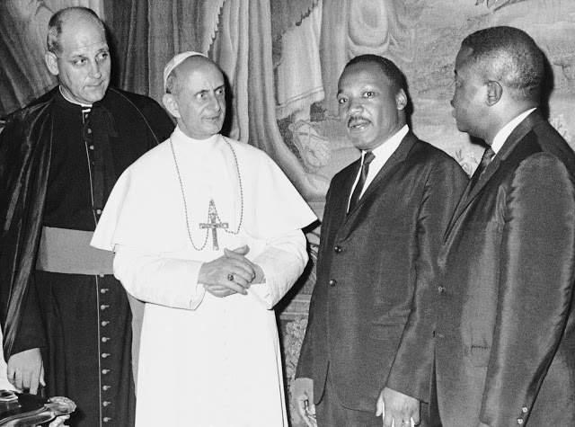 Martin Luther King (secondo da destra) con Paolo VI.