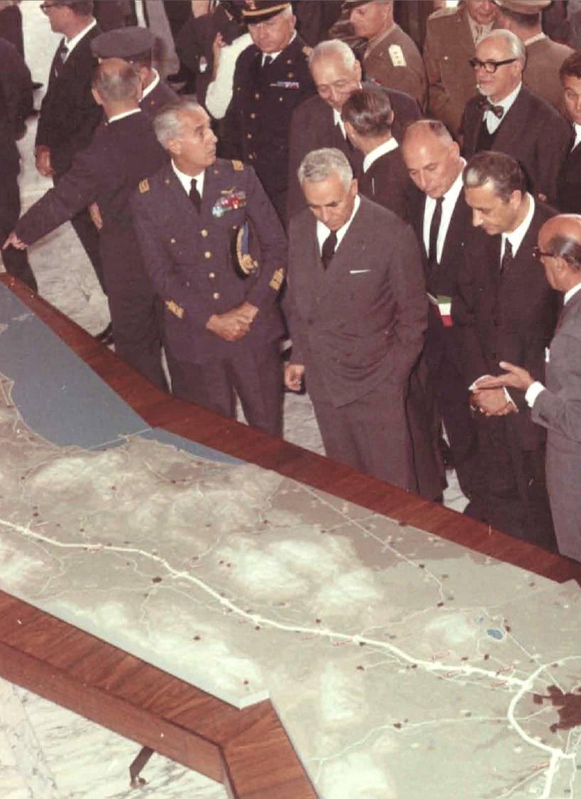 Aldo Moro osserva il plastico con il tracciato dell'Autostrada del Sole.