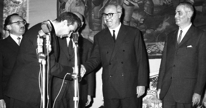 Aldo Moro si congratula con Giuseppe Saragat per la sua elezione a Presidente della Repubblica